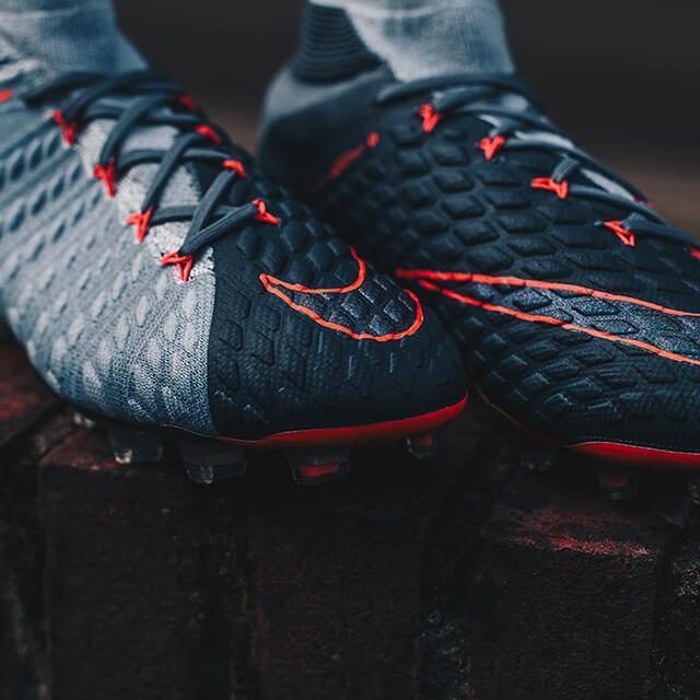 Jonge, getalenteerde spitsen dragen de Nike Hypervenom
