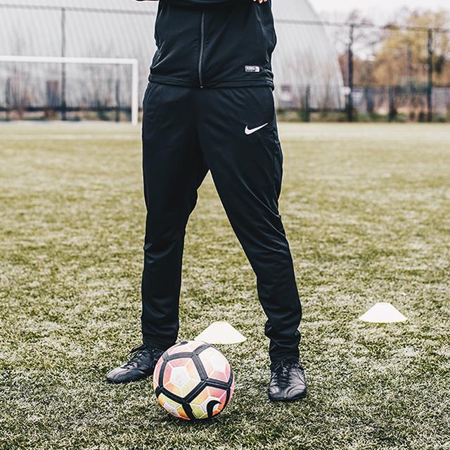 a1a76f3c4da Door middel van de Dri-FIT technologie blijft het materiaal droog en  comfortabel tijdens het sporten. De Nike trainingspakken ...